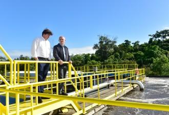 O diretor presidente da Cesan, Pablo Andreão, durante visita do governador, Paulo Hartung, a Estação de Tratamento de Esgoto (ETE) Araçás. (Foto: Leonardo Duarte/Secom)