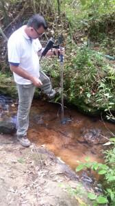 O empregado André Sefioni realizando a medição de vazão no 5 de Novembro, afluente do Rio Santa Maria do Doce.