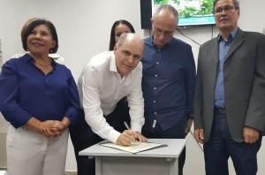 Presidente da Cesan, Amadeu Wetler, assina a Ordem de Início de Serviço para esgotamento.